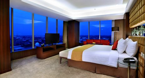 The spacious 153 sqm suites have a distinctly residential ambiance and include an inviting living room and a separate bedroom with a Oriental ambiance perfect for family and business people while staying in Madiun