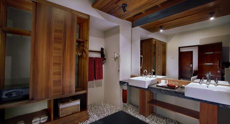 A clean hygienic bathroom in a spacious modern room with international amenities in a beautiful resort to stay when visit gili trawangan island lombok for holiday