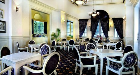A classic Tea & Coffee place that also serves varieties of local snacks and delicacies, along with traditional sweets.