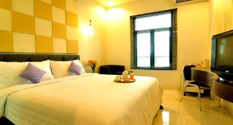 Featuring high quality amenities expected from an standard hotel with 3-star facilities, the Deluxe Room delivers a suave atmosphere you expect to come home when you are away from home. Whether you are being in Ketapang for a business trip, this roo