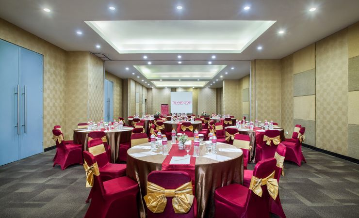 Saffron meeting room ready to accommodate your business meeting with 150 pax capacity in round table set up
