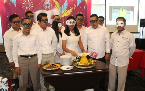 "Cutting ""Tumpeng"" colored fave hotel Solo Baru 6th Potong tumpeng warnai HUT favehotel Solo Baru ke - 6"