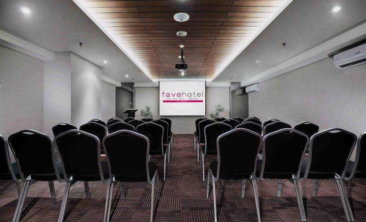 A minimalist meeting room to host business meeting, training, birthday party and private gathering