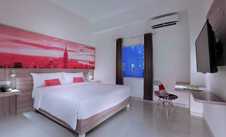 A clean and comfortable room with queen size bed of a budget hotel in Banjarbaru.
