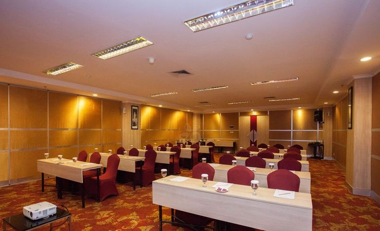 Medium meeting room with standardize meeting set up for your event needs