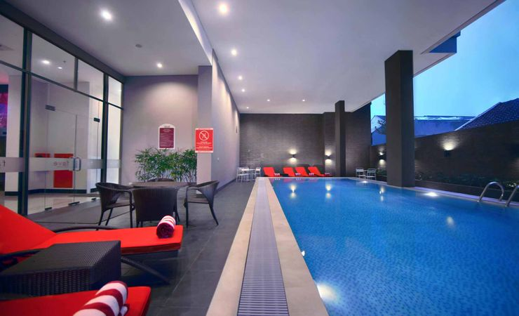 A relaxing swimming pool of budget hotel to stay in makassar