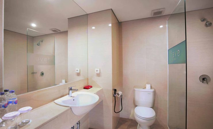 A spacoius and clean bathroom of Budget hotel in Makassar
