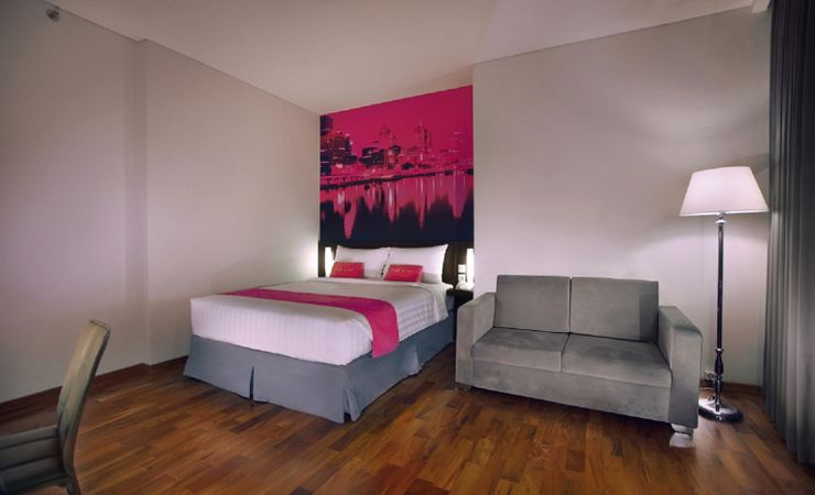 A convenient 25.5 sqm Room with queen size bed and city view completed with sofa while having trip to Surabaya
