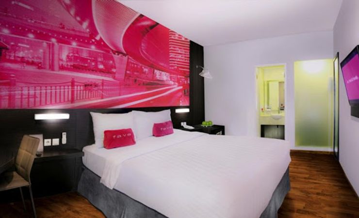 A clean and comfortable room with queen size bed of a budget hotel to stay while having trip to West Surabaya