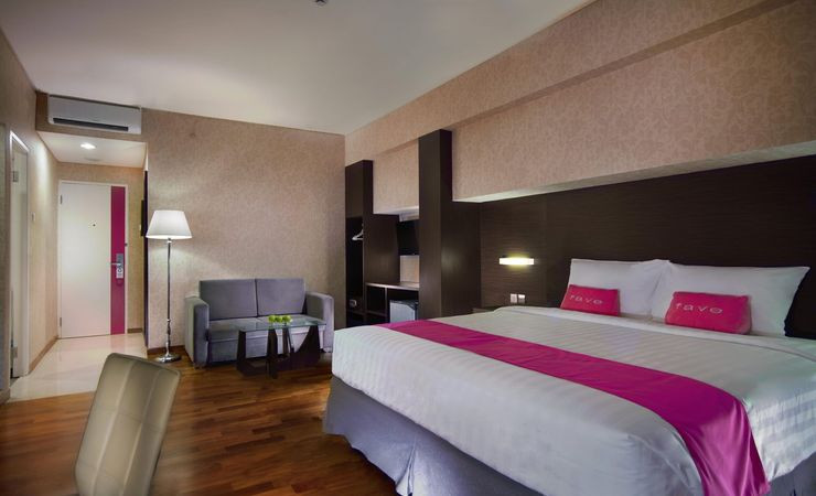 A clean and ideal comfortable room for a leisure traveler while having trip to Surabaya
