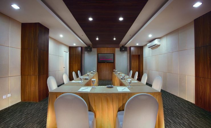 This comfortably meeting set up could accommodates up to 10 people. Perfect for any small business meetings or private occasions in Surabaya