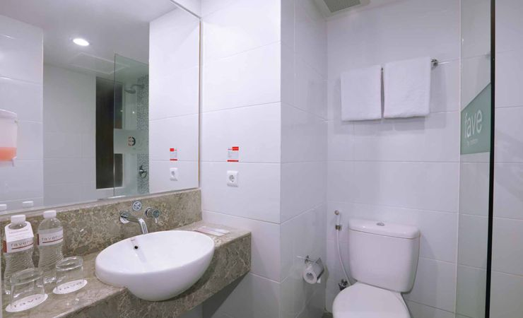 A clean, hygienic bathroom of budget hotel to stay while holiday in Kuta Bali