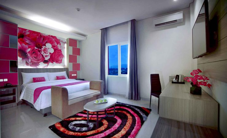 A clean and nice room with queen size bed of budget hotel to stay while holiday in Mataram Lombok