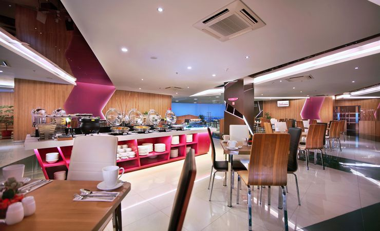 With 150 seating capacity and boasting terrace city view, this restaurant serves interesting of local and imported delicacies for breakfast, lunch and dinner. Serving Indonesian and International menu,, the kitchen offer new menus for unforgettable