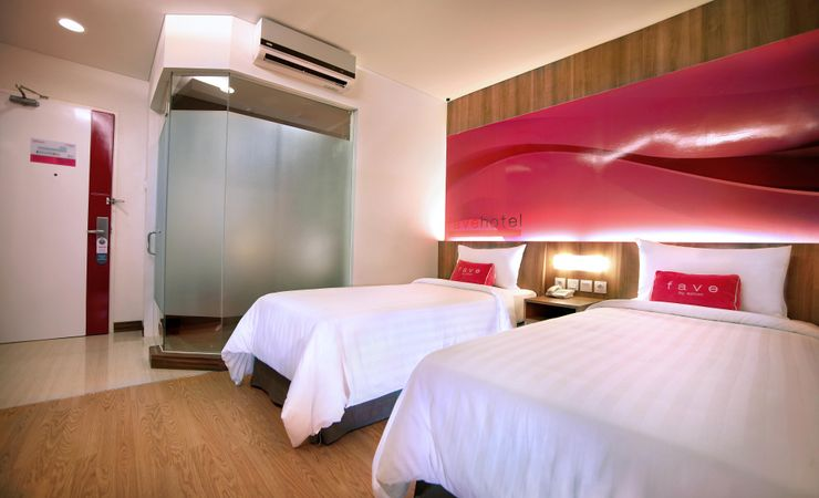 22-24 sqm modern and minimalist room especially for business traveller and young travellers. Pamper yourself in bathroom with en suite shower and full of amenities based on Favehotel standard, as well as reliable wireless internet to keep you connect