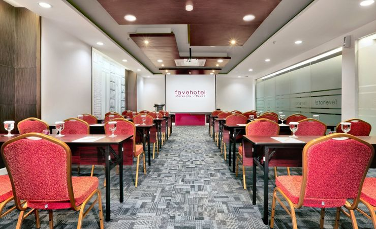 A medium-size meeting room with modern and complete meeting amenities