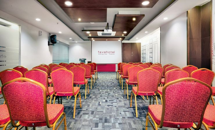 A medium-size meeting room perfect for both meeting a