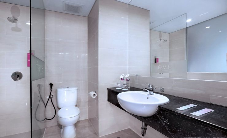 Modern bathroom with porcelain sink and complete bathroom amenities