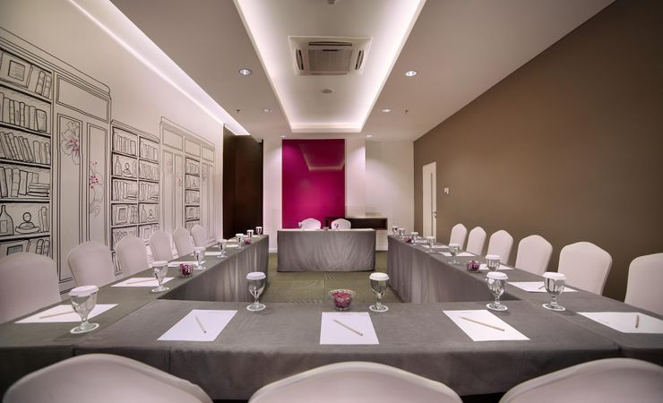 A spacious meeting room comfortably accommodates up to 43 people. Perfect for any celebratory occasions