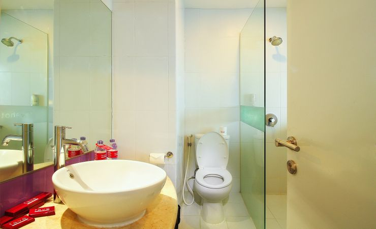 Clean and comfy bathroom with complete amenities