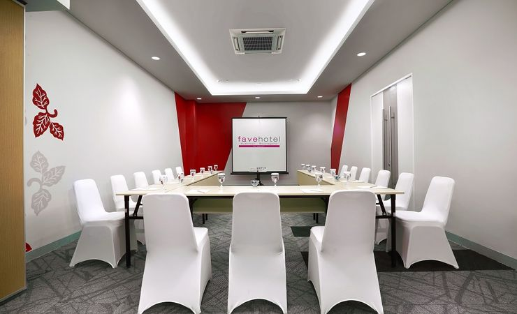 A small indoor meeting room to host business meeting, workshop, reunion, training and gathering in a budget hotel to stay while you come and stay at Bojonegoro City