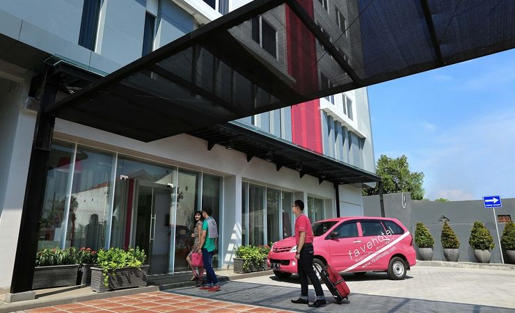 A calm and comfort entrance of budget hotel while you come and stay at Bojonegoro City