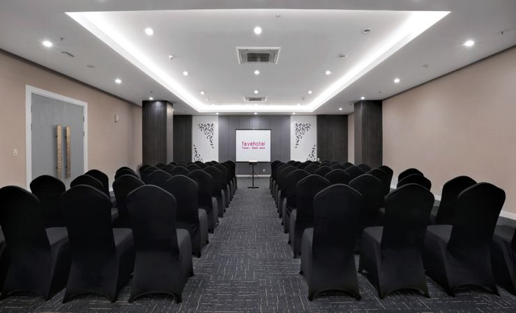 Amaryllis Meeting Room comfortably accommodates up to 89 people. Perfect for any celebratory occasions such as middle business meetings and exhibitions.