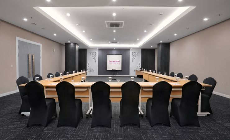 Ambrossia hall comfortably accommodates up to 320 people. Perfect for any celebratory occasions such as wedding party, as well as major business meetings and exhibitions.