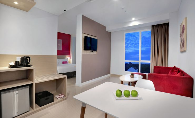 Suite Room features spacious living and dining areas, offers queen bed guestroom with smoking room and no smoking room. This room is furnished with beach view at the 7th-8th floor.