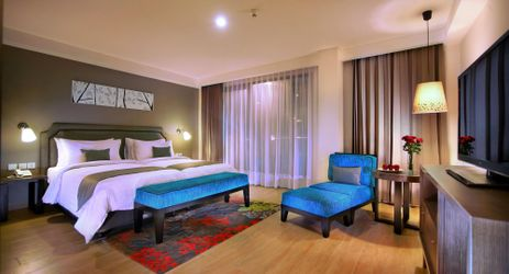 A clean, comfortable and spacious Deluxe Room with sharing twin beds during holiday in Bali